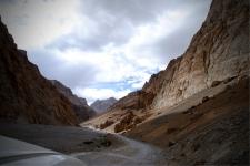 Drive through the canyon from Pang to Lachulang la